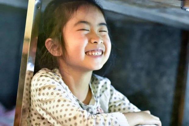 Câu chuyện của bé gái 7 tuổi ngồi học dưới gầm sạp hàng của mẹ: Phía trên là cuộc sống mưu sinh, bên dưới là hy vọng - Ảnh 5.