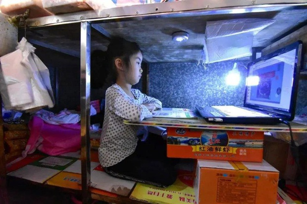Câu chuyện của bé gái 7 tuổi ngồi học dưới gầm sạp hàng của mẹ: Phía trên là cuộc sống mưu sinh, bên dưới là hy vọng - Ảnh 6.