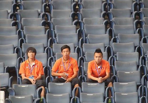 Bức ảnh chụp 3 tuyển thủ Việt Nam gây ám ảnh và chứa đựng quá nhiều nỗi đau - Ảnh 1.