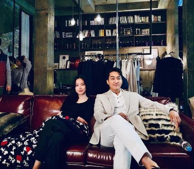 Đóng chung với người đẹp Apink, Song Seung Hun bị netizen Hàn khẩu nghiệp là trâu già gặm cỏ non - Ảnh 1.
