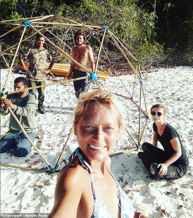 Đi nhặt rác thải nhựa rồi bị bỏ lại vì dịch bệnh, 5 tình nguyện viên cùng xây dựng cuộc sống và cố gắng sinh tồn trên đảo suốt 2 tháng trời - Ảnh 1.