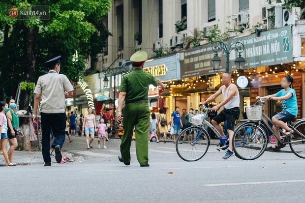 Lực lượng chức năng tăng cường nhắc nhở người dân không được đạp xe ở phố đi bộ sau vụ việc cụ bà bị thiếu niên tông nguy kịch - Ảnh 11.