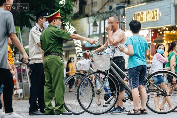 Lực lượng chức năng tăng cường nhắc nhở người dân không được đạp xe ở phố đi bộ sau vụ việc cụ bà bị thiếu niên tông nguy kịch - Ảnh 12.