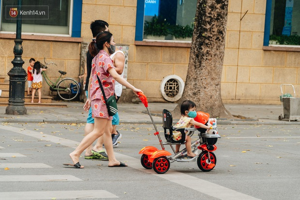 Lực lượng chức năng tăng cường nhắc nhở người dân không được đạp xe ở phố đi bộ sau vụ việc cụ bà bị thiếu niên tông nguy kịch - Ảnh 7.