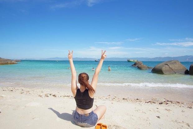 Vừa phát hiện một hòn đảo cực hoang sơ ở Việt Nam: Chưa cần chỉnh màu đã sở hữu làn nước xanh trong vắt, trông chẳng khác nào Maldives!  - Ảnh 1.