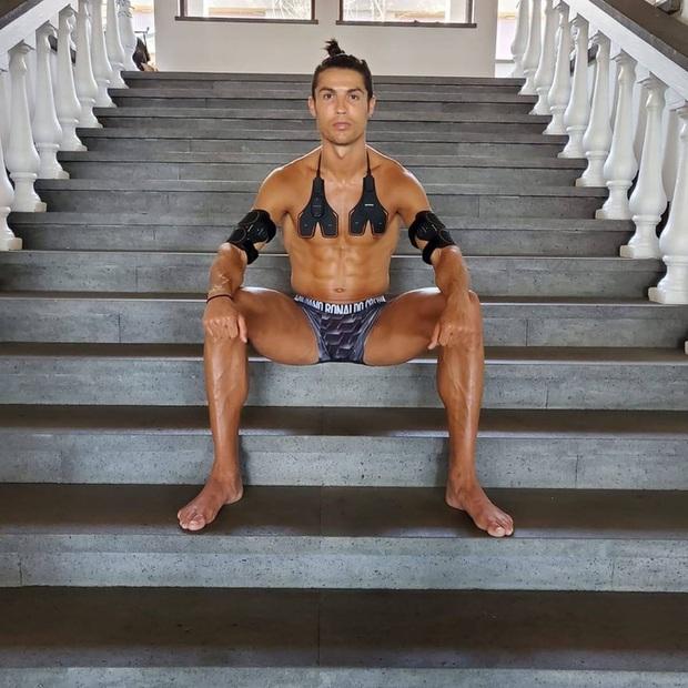 Ronaldo khoe cơ bụng 6 múi hoàn hảo với trang phục lạ, một số fan lại nghi ngờ có sự trợ giúp của photoshop - Ảnh 1.