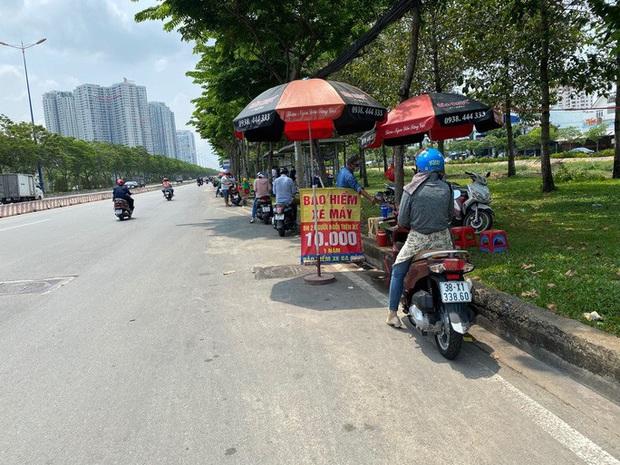 Nhiều người nháo nhào tìm mua bảo hiểm xe máy, điểm bán trên lề đường mọc lên như nấm - Ảnh 1.