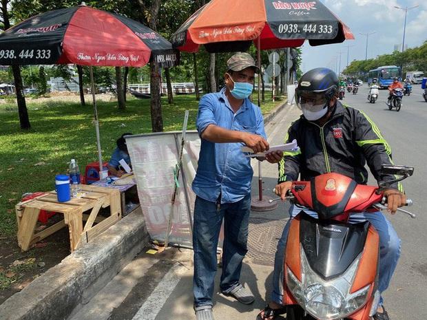 Nhiều người nháo nhào tìm mua bảo hiểm xe máy, điểm bán trên lề đường mọc lên như nấm - Ảnh 2.