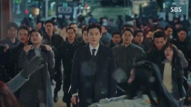Quân Vương Bất Diệt tập 10: Liều mình chắn đạn cho bệ hạ Lee Gon, Eun Seob ngã lăn bất tỉnh trong sự hoảng loạn của đội cận vệ - Ảnh 1.