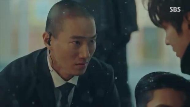 Quân Vương Bất Diệt tập 10: Liều mình chắn đạn cho bệ hạ Lee Gon, Eun Seob ngã lăn bất tỉnh trong sự hoảng loạn của đội cận vệ - Ảnh 5.