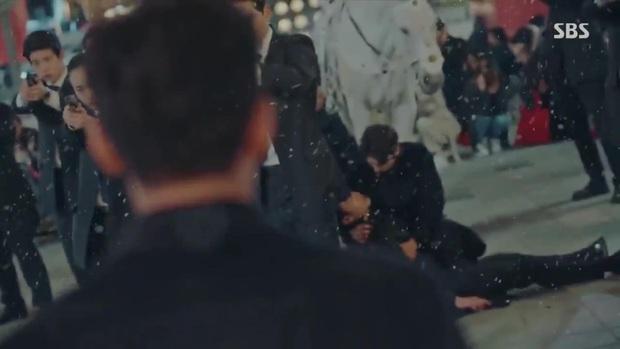 Quân Vương Bất Diệt tập 10: Liều mình chắn đạn cho bệ hạ Lee Gon, Eun Seob ngã lăn bất tỉnh trong sự hoảng loạn của đội cận vệ - Ảnh 3.