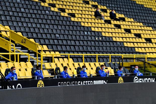Hàng ghế dự bị cực lạ trong ngày bóng đá trở lại với nước Đức, fan cảm thán: Đúng là câu chuyện chỉ có tại mùa Covid-19 - Ảnh 1.