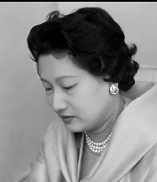 Nam Phương Hoàng Hậu: Người đàn bà phải lòng Dior nhưng phân nửa đời vẫn mực thước với Áo dài - Ảnh 19.