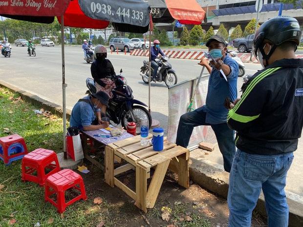 Nhiều người nháo nhào tìm mua bảo hiểm xe máy, điểm bán trên lề đường mọc lên như nấm - Ảnh 3.