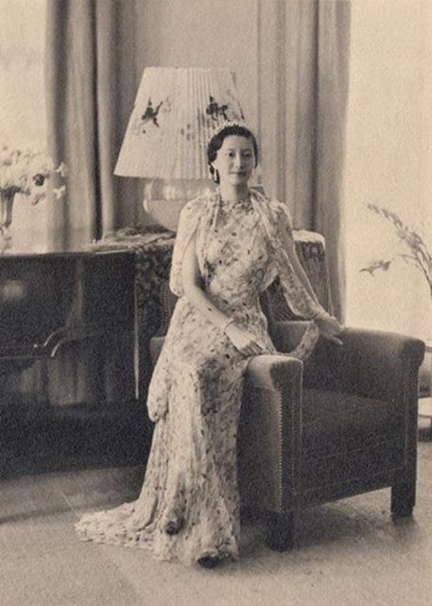 Nam Phương Hoàng Hậu: Người đàn bà phải lòng Dior nhưng phân nửa đời vẫn mực thước với Áo dài - Ảnh 21.