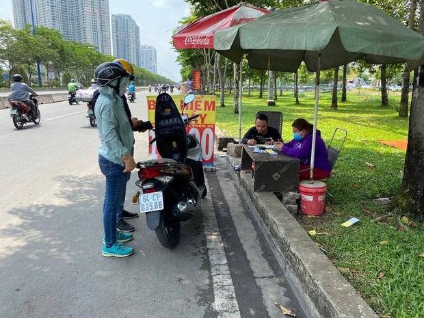Nhiều người nháo nhào tìm mua bảo hiểm xe máy, điểm bán trên lề đường mọc lên như nấm - Ảnh 4.