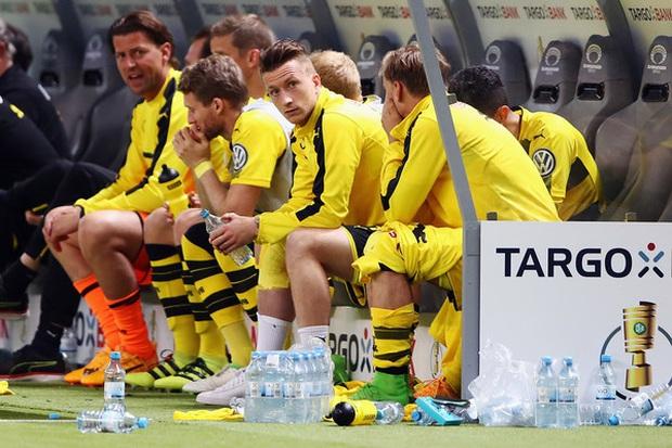 Hàng ghế dự bị cực lạ trong ngày bóng đá trở lại với nước Đức, fan cảm thán: Đúng là câu chuyện chỉ có tại mùa Covid-19 - Ảnh 4.