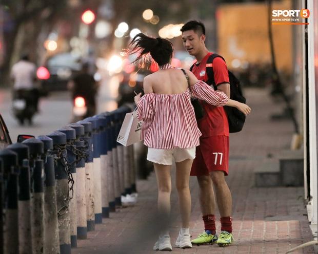 Trọng Đại đánh lẻ, tình tứ bên bạn gái xinh đẹp sau trận giao hữu với Hà Nội FC - Ảnh 1.