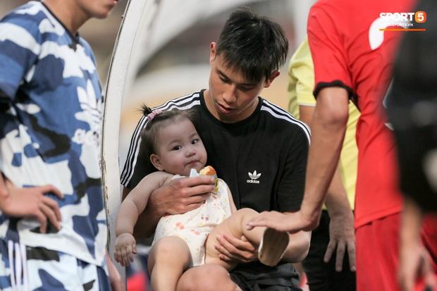 Trọng Đại đánh lẻ, tình tứ bên bạn gái xinh đẹp sau trận giao hữu với Hà Nội FC - Ảnh 8.