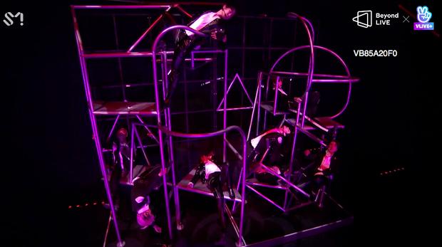 NCT 127 đu giàn giáo, múa cột, biểu diễn luôn ca khúc chưa phát hành tại concert online; áp dụng hình thức fancam cá nhân trực tiếp quá xịn xò! - Ảnh 61.