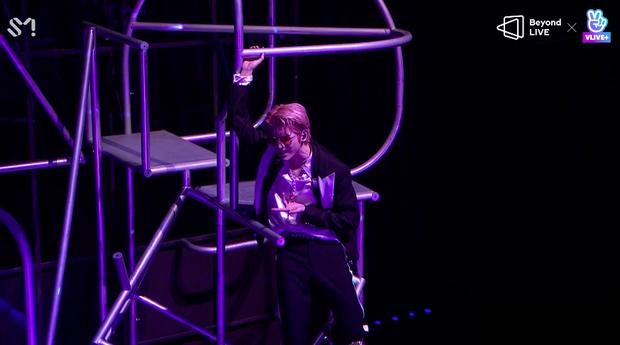 NCT 127 đu giàn giáo, múa cột, biểu diễn luôn ca khúc chưa phát hành tại concert online; áp dụng hình thức fancam cá nhân trực tiếp quá xịn xò! - Ảnh 57.