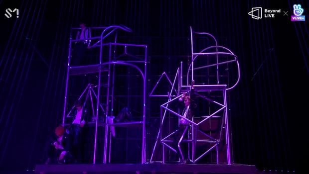 NCT 127 đu giàn giáo, múa cột, biểu diễn luôn ca khúc chưa phát hành tại concert online; áp dụng hình thức fancam cá nhân trực tiếp quá xịn xò! - Ảnh 56.