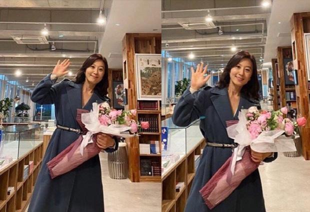 Đăng 2 ảnh sương sương tạm biệt Thế giới hôn nhân, Kim Hee Ae bám top đầu Naver không buông: Đẹp thế này ai đọ lại? - Ảnh 2.