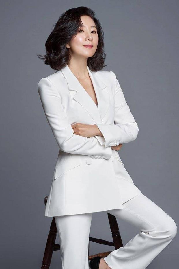 Đăng 2 ảnh sương sương tạm biệt Thế giới hôn nhân, Kim Hee Ae bám top đầu Naver không buông: Đẹp thế này ai đọ lại? - Ảnh 5.