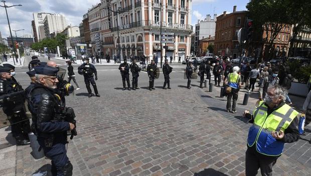 Phong trào biểu tình áo vàng lan rộng tại Pháp - Ảnh 1.