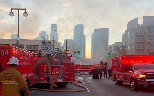 Tòa nhà ở Mỹ đang bốc cháy bỗng phát nổ làm 11 lính cứu hỏa bị thương - Ảnh 1.