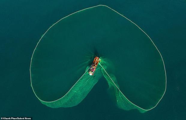 Cảnh người dân tung lưới đánh cá ở Phú Yên đầy mê hoặc được báo nước ngoài đăng tải và ca ngợi hết lời - Ảnh 2.
