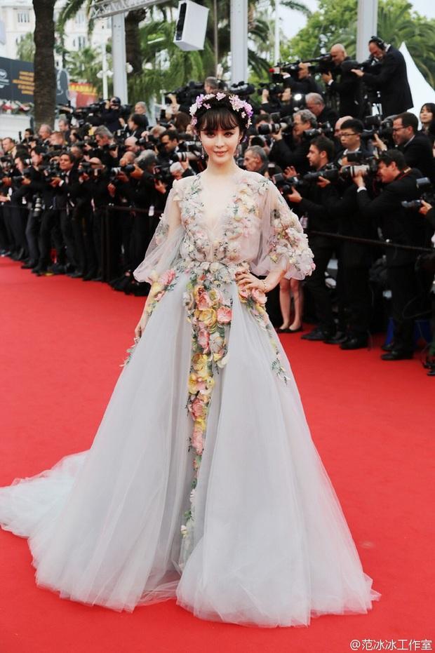 Dàn mỹ nhân Hoa ngữ và những lần khuynh đảo thảm đỏ Cannes: Phạm Băng Băng xuất hiện với rừng hoa, Dương Mịch gây xôn xao bởi hành động đầy tranh cãi - Ảnh 3.