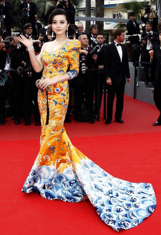 Dàn mỹ nhân Hoa ngữ và những lần khuynh đảo thảm đỏ Cannes: Phạm Băng Băng xuất hiện với rừng hoa, Dương Mịch gây xôn xao bởi hành động đầy tranh cãi - Ảnh 5.
