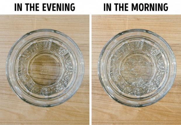 Tại sao không nên đặt cốc nước cạnh giường để sáng mai ngủ dậy uống cho tiện và đây là 5 lý do cực nguy hiểm! - Ảnh 1.