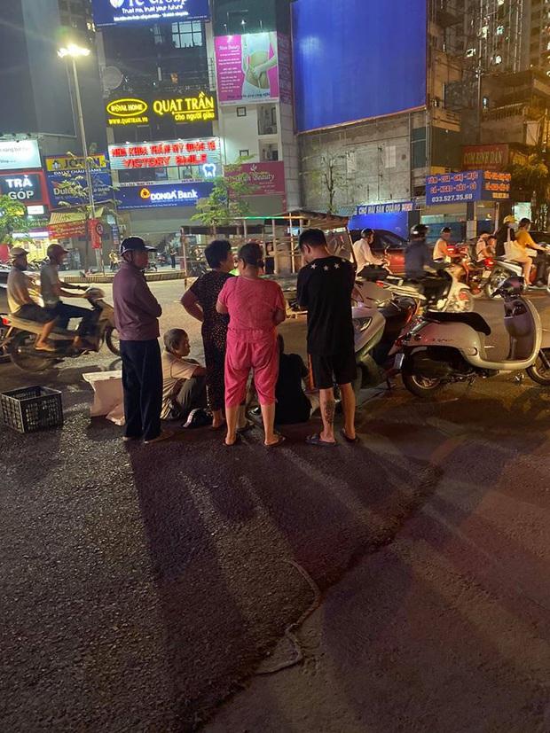 Hà Nội: Xe máy điện va chạm với ô tô, cháu bé 15 tháng tuổi tử vong thương tâm, người ông đi cùng bị thương vùng đầu - Ảnh 1.
