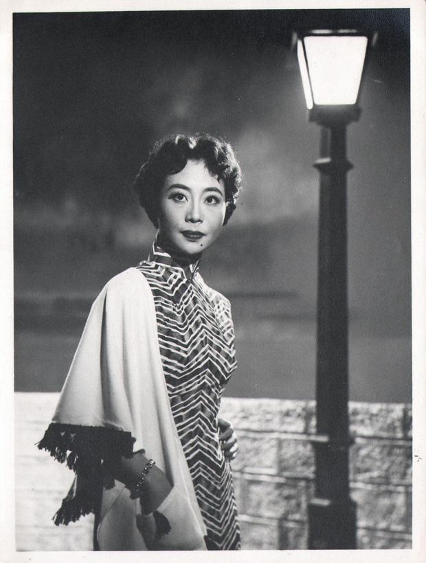 Nữ ca sĩ nổi tiếng qua đời, cháu trai tìm lại hình ảnh cũ được giữ kín hơn 70 năm liền choáng ngợp trước vẻ đẹp kinh diễm của bà thời trẻ - Ảnh 1.