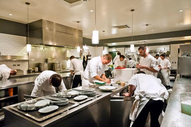 Chuyên gia nước ngoài tiết lộ sự thật đằng sau gian bếp nhiều nhà hàng: Thịt bò đội lốt thịt cừu, hải sản bị tráo đổi, mua đồ có sẵn để tiết kiệm chi phí - Ảnh 2.