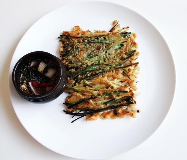 Ngay cả người ăn được hành có lẽ cũng sẽ e dè với món ăn này của Hàn Quốc, khi nấu dùng tới cả một bó hành to đùng! - Ảnh 6.