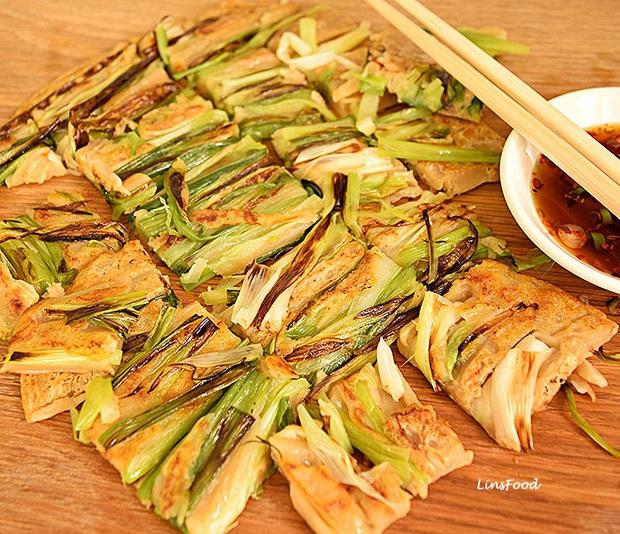 Ngay cả người ăn được hành có lẽ cũng sẽ e dè với món ăn này của Hàn Quốc, khi nấu dùng tới cả một bó hành to đùng! - Ảnh 4.