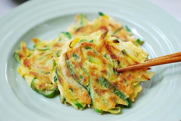 Ngay cả người ăn được hành có lẽ cũng sẽ e dè với món ăn này của Hàn Quốc, khi nấu dùng tới cả một bó hành to đùng! - Ảnh 5.