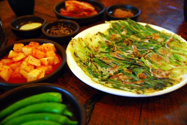 Ngay cả người ăn được hành có lẽ cũng sẽ e dè với món ăn này của Hàn Quốc, khi nấu dùng tới cả một bó hành to đùng! - Ảnh 2.