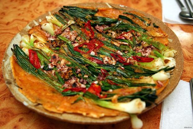 Ngay cả người ăn được hành có lẽ cũng sẽ e dè với món ăn này của Hàn Quốc, khi nấu dùng tới cả một bó hành to đùng! - Ảnh 3.