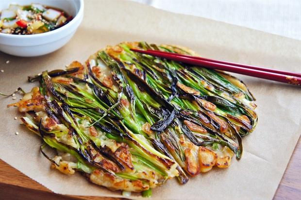 Ngay cả người ăn được hành có lẽ cũng sẽ e dè với món ăn này của Hàn Quốc, khi nấu dùng tới cả một bó hành to đùng! - Ảnh 1.