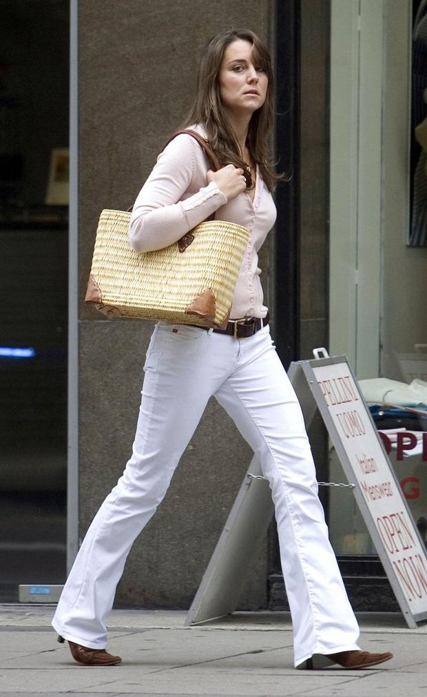 3 cách đeo túi của Công nương Kate giúp cô luôn tỏa sáng, quan trọng là nàng công sở cũng có thể áp dụng theo tức thì - Ảnh 1.