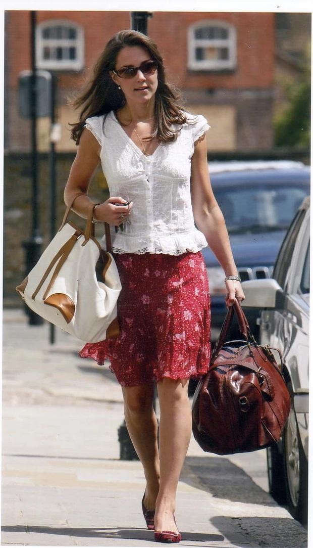 3 cách đeo túi của Công nương Kate giúp cô luôn tỏa sáng, quan trọng là nàng công sở cũng có thể áp dụng theo tức thì - Ảnh 2.