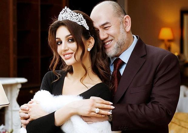Sau gần 1 năm ly hôn, hai mẹ con hoa khôi Nga bị cựu vương Malaysia hắt hủi giờ có cuộc sống ra sao? - Ảnh 1.