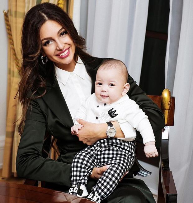 Sau gần 1 năm ly hôn, hai mẹ con hoa khôi Nga bị cựu vương Malaysia hắt hủi giờ có cuộc sống ra sao? - Ảnh 2.