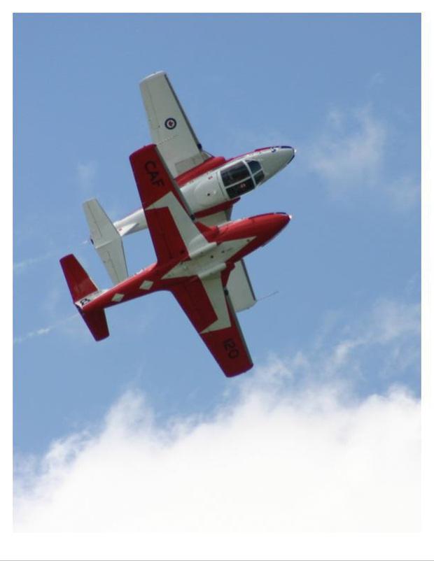 Bay cổ động chống COVID-19, máy bay Không quân Canada rơi, 2 người thương vong - Ảnh 2.