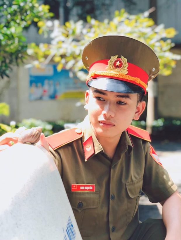 Xuất hiện anh thầy thực tập 9x mặc quân phục chuẩn soái ca khiến cộng đồng mạng tìm info không ngừng - Ảnh 1.