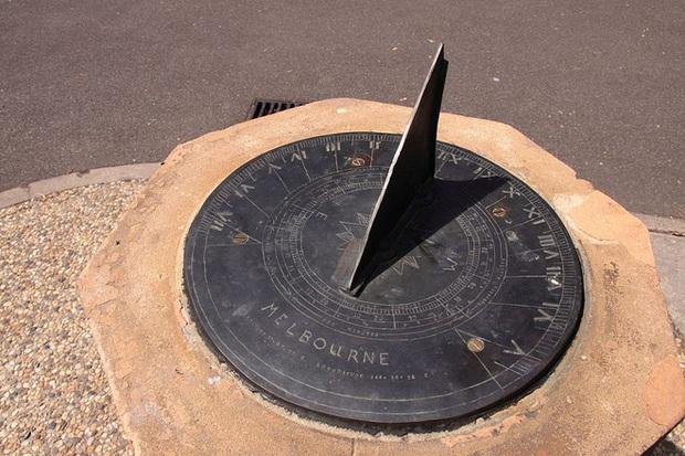 Tại sao một giờ có 60 phút, 1 phút có 60 giây mà một ngày lại dài 24 tiếng? - Ảnh 2.